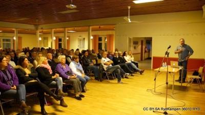 Hängiven publik i Ryds Foketshus njöt och skrattade åt allt roligt som Scott delade med sig av.